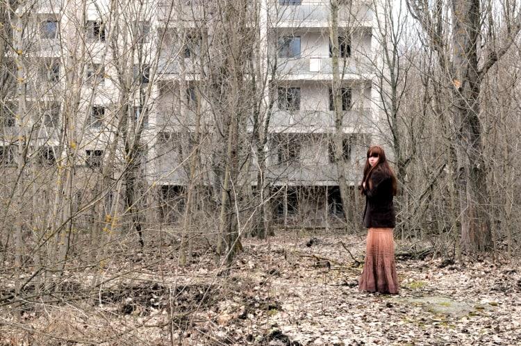 Девушка в Припяти после аварии