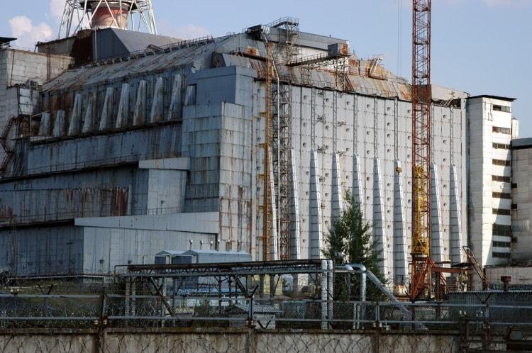 Чернобыльская атомная станция со старым Саркофагом