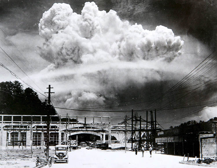 epa02271808 (FILES) A handout photo shows a view of the mushroom cloud photographed from the ground of the 09 August 1945 atomic bombing of Nagasaki. United Nations Secretary General Ban Ki-moon arrived in Japan 03 August 2010 to visit Hiroshima and Nagasaki, the two cities where the US military dropped atomic bombs 65 years ago. Ban will be the first UN secretary general to attend the Peace Memorial Ceremony in Hiroshima. For the first time the United States will send an envoy to the memorial. The US bomber Enola Gay dropped an atomic bomb on Hiroshima on 06 August 1945, killing tens of thousands of people in seconds. By the end of the year, 140,000 had died from the effects of the bomb. On 09 August a second atomic bomb was exploded over Nagasaki, killing more than 73,000 people. EPA/NAGASAKI ATOMIC BOMB MUSEUM EDITORIAL USE ONLY
