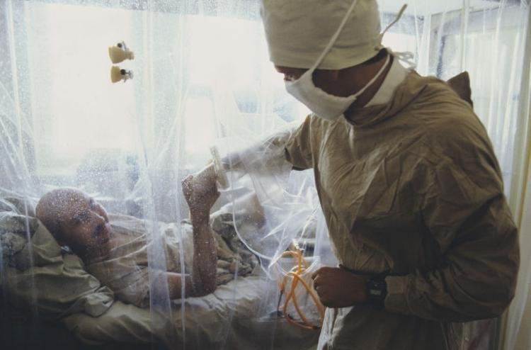 Больной лучевой болезнью и врач