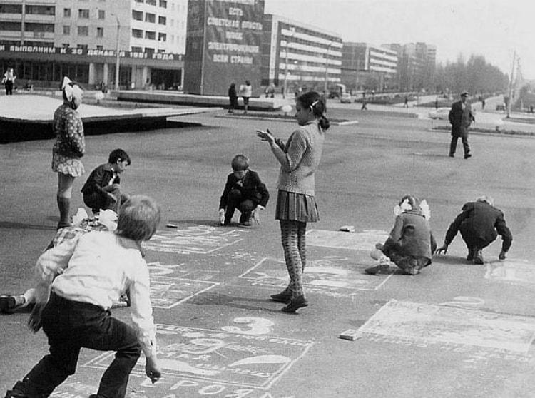 Дети Припяти играют на улице