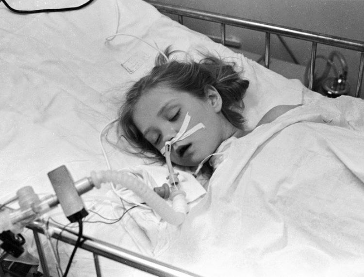 Девочка, подключенная к аппарту искусственного дыхания