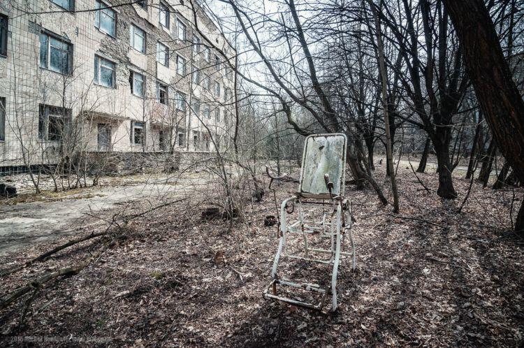 Подъезд к одному из домов в Чернобыле
