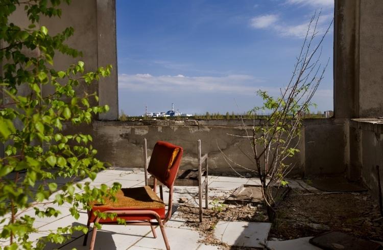 Кресло на фоне панорамы Чернобыля