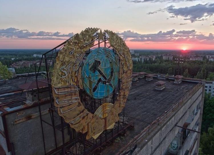 Советская символика на крыше здания в Припяти